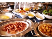 ウィンナーやベーコン、スクランブルエッグ、鶏の照り焼き、カレーやサラダなど洋食も充実。
