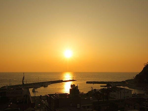夕陽色に染まる土肥港(徒歩3分)
