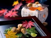 【焼き松茸】炭火でじっくりと焼くことにより、香ばしさをより一層引き出します