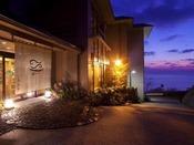 「寿海亭」の玄関・夜はライトアップされていて幻想的です。