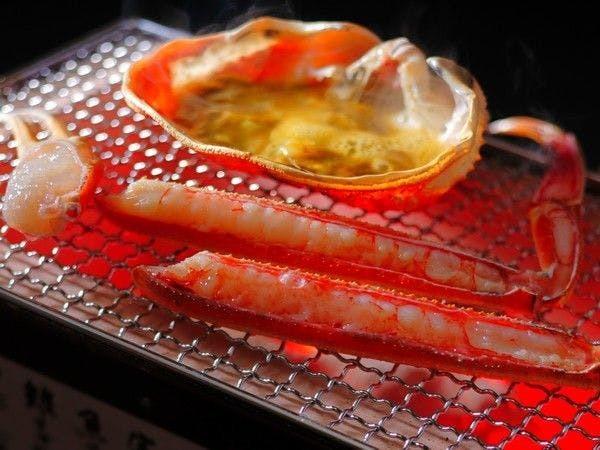 甲羅で焼き上げた蟹味噌にカニをくぐらせて