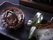間人漁港で揚がった天然の黒アワビを踊り焼きで食す