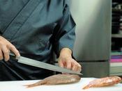 間人漁港の仲買人であるご主人が自ら競り落として、調理する、料理人の仕事!