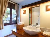 *【デラックスルームB/オオルリ 洗面台 一例】ベッドスペース裏に洗面台と、浴室スペースがございます。