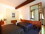 *【デラックスルームA/カワセミ 一例】ベッドスペースとは別にソファスペースがございます。