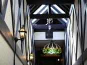 *【お部屋へ通じる階段】フロントが2階部分となり、階段下の1階にお部屋がございます。