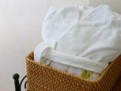 *【アメニティ 一例】シャンプー、石けん、歯磨きセット、寝巻、スリッパ、タオル類となります。