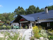 *【萌木の村 ロック】当館隣の喫茶店。人気のビーフカレーや地ビールをお楽しみください。