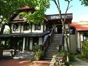 *【外観】清里「萌木の村」内のクラシックホテル。当館の隣にはロックがございます。
