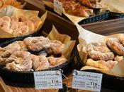 ベーカリー&カフェでの焼き立てパン(朝食)