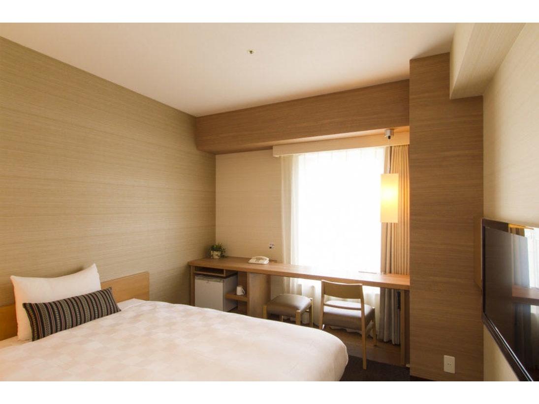 お一人様ご利用タイプのお部屋です。ベッド幅140センチセミダブルベッド利用でごゆっくりお休み頂けます。