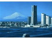 ランドマークタワー全景(昼景)