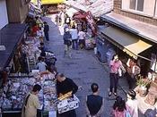 *菓子屋横丁明治から始まった菓子屋横丁には今でも20軒近くが軒を連ねます。当館から徒歩約17分です。