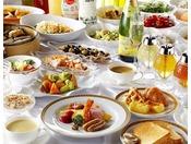 洋食ブッフェは1Fレストラン「コンチネンタル」にて。シェフが目の前で焼くふわふわのオムレツや、その日の朝に仕込むフルーツティが人気です。