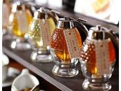 [朝食ブッフェ]にて 種類豊富な蜂蜜をパンやフレンチトーストと一緒にお愉しみください