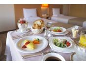 ルームサービスの朝食で優雅な朝のひとときを