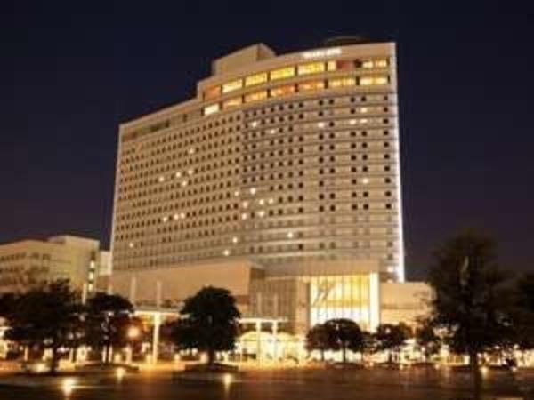 ライトアップされた夜のホテル外観