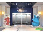 ホテルエントランスは、パークの人気者、エルモ&モッピーそしてクッキーモンスターがみなさまをお出迎え。(3月18日より変更予定)