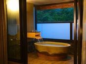 テラス露天プレミアムスーペリアツインは源泉掛け流しの美肌の湯を浅間山の眺望と共に楽しめます美肌の湯をこころゆくまで、お部屋のテラス露天風呂で満喫できる、『浅間山のが見えるテラス露天風呂』のお部屋&選べる3種のディナーをお愉しみください♪