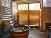 森の中の露天プレミアム和洋スイートは源泉掛け流しの美肌の湯を自然の景観と共に露天で楽しめます北軽井沢高原の自然の風と美肌の湯をこころゆくまで満喫できる、『森の中の露天風呂』のお部屋&選べる3種のディナーをお愉しみください♪