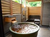森の中の露天プレミアムスーペリアツインは源泉掛け流しの美肌の湯を自然の景観と共に露天で楽しめます北軽井沢高原の自然の風と美肌の湯をこころゆくまで満喫できる、『森の中の露天風呂』のお部屋&選べる3種のディナーをお愉しみください♪