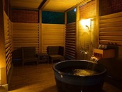森の中の露天プレミアム4ベッドスイートは源泉掛け流しの美肌の湯を自然の景観と共に露天で楽しめます北軽井沢高原の自然の風と美肌の湯をこころゆくまで満喫できる、『森の中の露天風呂』のお部屋&選べる3種のディナーをお愉しみください♪