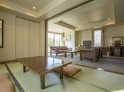 和洋室ルーム(2間 1~5名・81平米)和室と2ベッドの独立した間取り。お子様連れのカップルに。ツインベッドルームと畳間を備えた広さ81平米の和洋室スイート。インターネット完備、バストイレ独立、大きな窓の外には北軽井沢の豊かな自然。