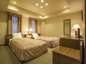 4ベッドルーム(2洋間 1~4名・81平米)広さは81平米、2つベッドとツインルームの寛ぎの広さの洋室スイート。お子様連れのカップルに。インターネット完備、バストイレ独立。大きな窓の外には北軽井沢の豊かな自然が広がります。