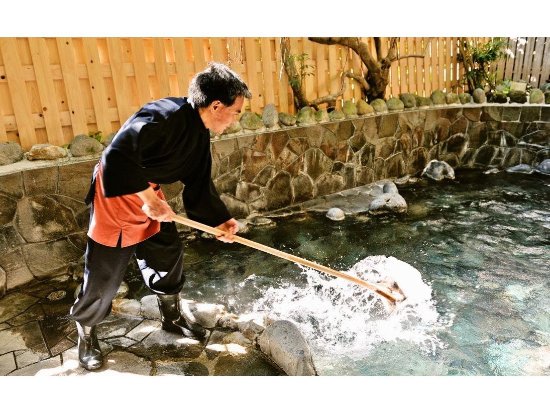 自家源泉からあふれ出る100℃近い源泉を、湯守が丁寧に温度管理している「本物」の天然温泉です。