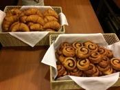 当ホテルでは朝食メニューに焼き立てのクロワッサンと、デニッシュをご用意しております。