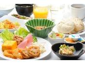 さまざまな朝食のスタイルに合った温かい料理を提供いたします。1日の活力あるスタートに是非お召し上がり下さい。
