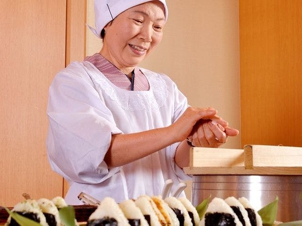 【朝食】お母さんがおにぎりを握ります