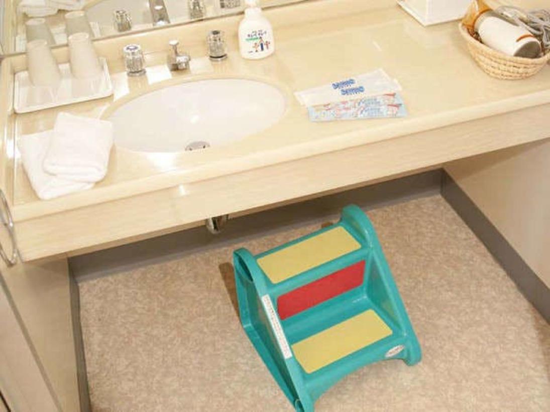 洗面台に手の届かない小さなお子様にはとっても便利なふみ台のご用意も!