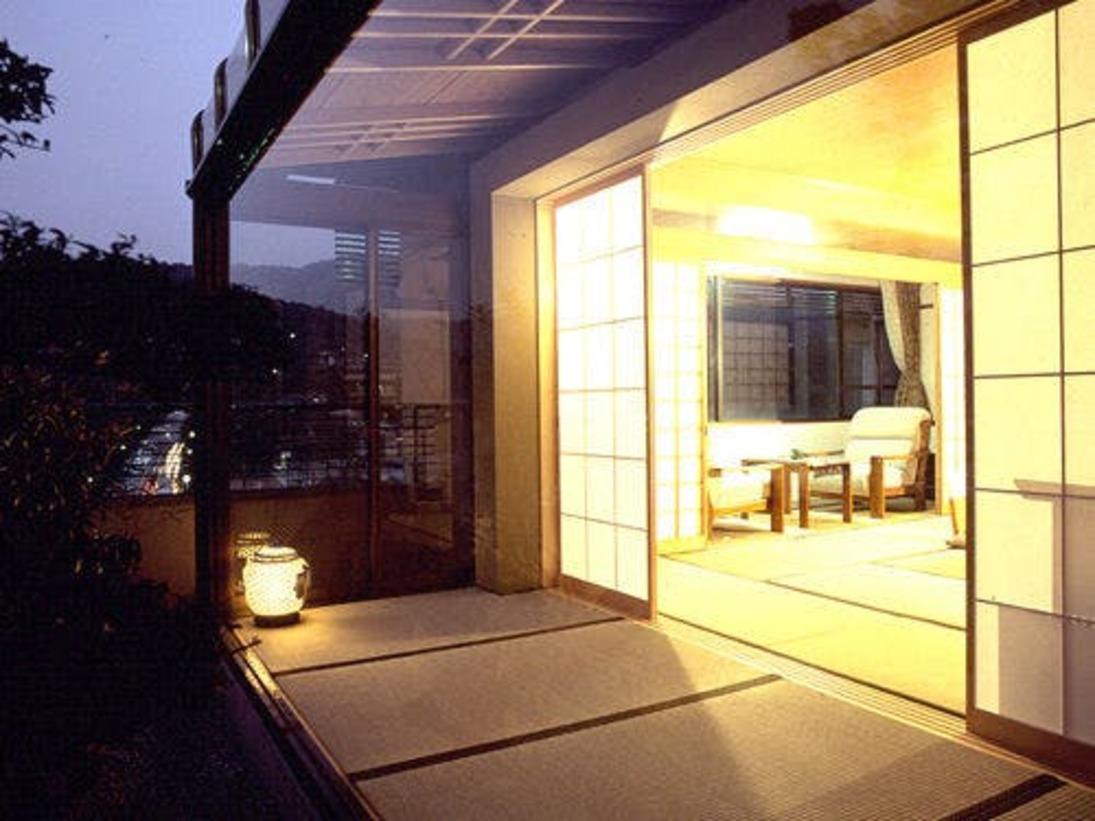 1室限定!坪庭付き特別客室。東山から比叡山の山並みが一望です。