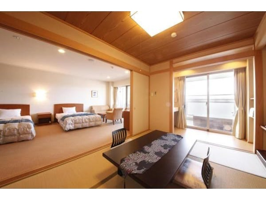 露天風呂客室和洋室です。広々の和洋室から市内が一望。