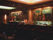メインバー「バーカプリ」画家ポール・アイズピリの名画を鑑賞しながらピアノ演奏を楽しめるバー平日:17:00~23:00/土日祝:13:00~20:00 ザ・メイン ロビィ階