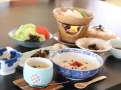 ◎温かい湯豆腐と薬膳粥など、ご朝食は身体に優しい和食膳をご用意いたします。
