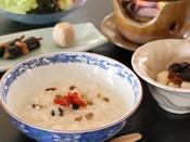 ◎真田地鶏をじっくり煮込んだお出汁で作る【薬膳・七苦離粥】は当館の人気メニューです♪