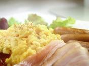 和食から洋食とバラエティ豊富なバイキング形式の朝食!