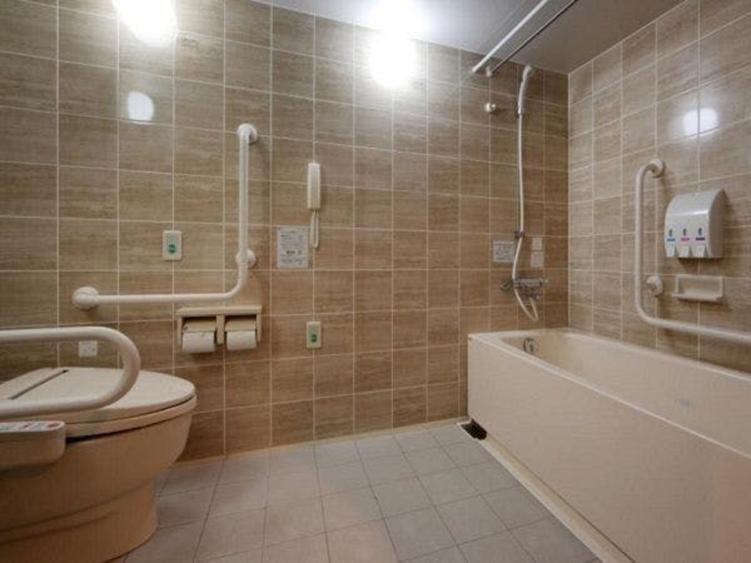 【ユニバーサルツインルーム30平米】ベッドサイズ120cm 1室限定の客室です。バスルームへの段差がない為、車いすのお客様にもゆっくりとお休みいただけます。