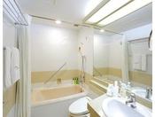清潔感のあるバスルームは広めの浴槽でリラックスいただける作りとなっております。