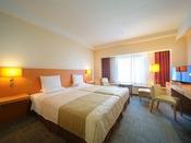 ベッド2台を付けることのできるハリウッドツインは、お子様を挟んで寝られ夜も安心。ファミリーに人気の客室です。