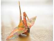 お部屋に入りますと和紙で折られた鶴がお出迎えします