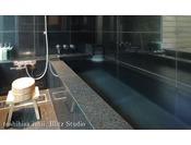 【別邸をりから|折鳥の間】1階客室内に備えられた石の浴室です。