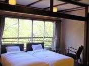 和洋室『木蓮』/半露天風呂完備の和洋室です。お部屋のお風呂でも天然温泉100%をご堪能ください。