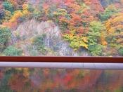 露天風呂「華の湯」から見る絶景の黒部峡谷紅葉。今年は12月上旬まで楽しめそうです。