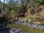 四季のうつろいを感じられる木々に囲まれて楽しむ温泉。5階「車沢の湯」露天風呂