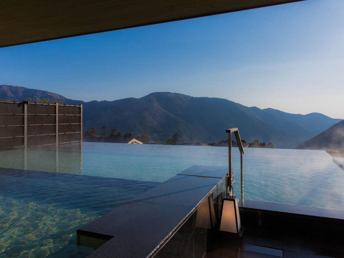水平線上のかなたに箱根外輪山を望む。空に浮かんでいるような感覚をお楽しみいただけます。