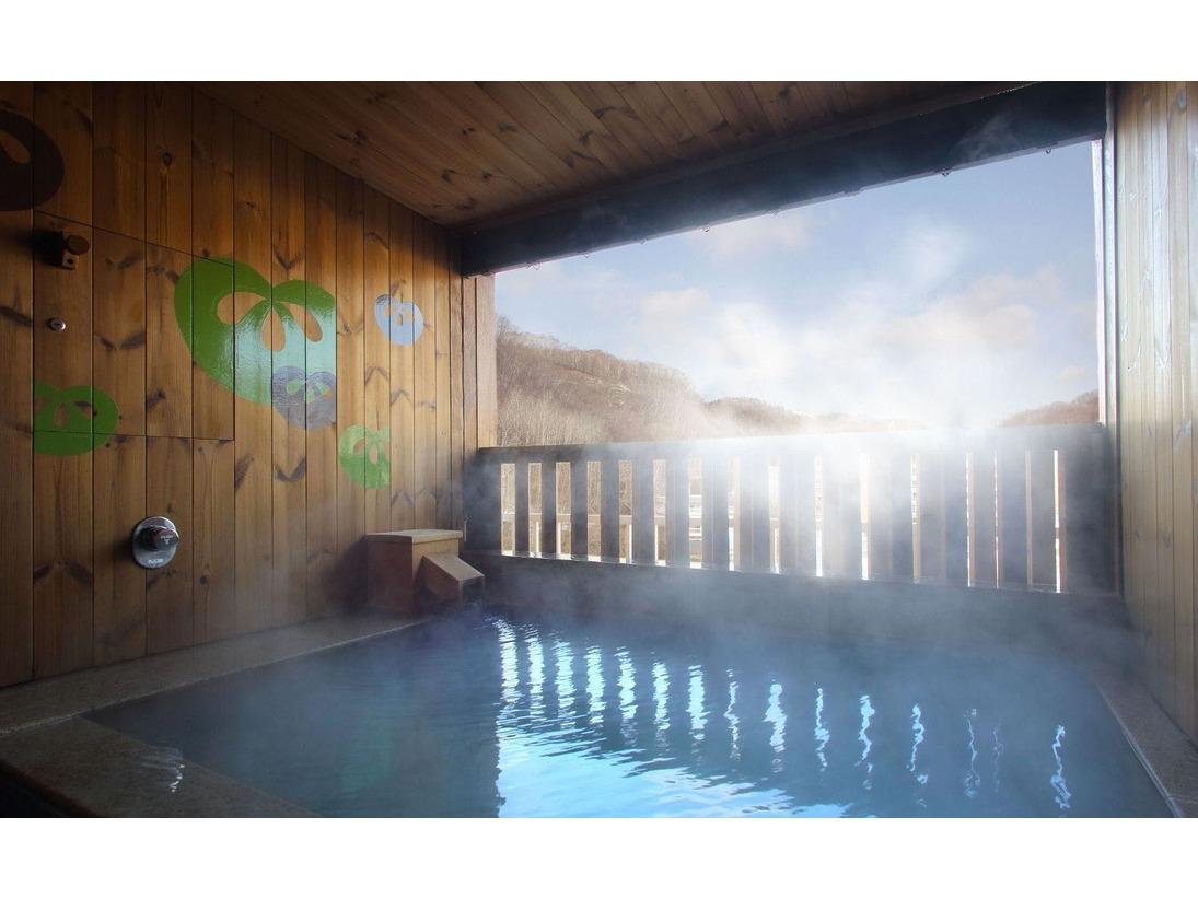 源泉かけ流しの硫黄泉が楽しめる広々とした開放的な客室露天風呂