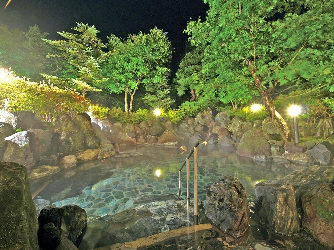 【夜】夜間は25時までご入浴頂けます。ライトが照らし風情ある雰囲気を演出します。(イメージ)